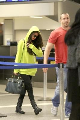 Selena riquíssima com esse moletom e essa super bolsa babadeira!!